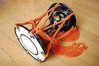 200px-Japanese_small_hand_drum,kotsudumi,katori-city,japan[1]