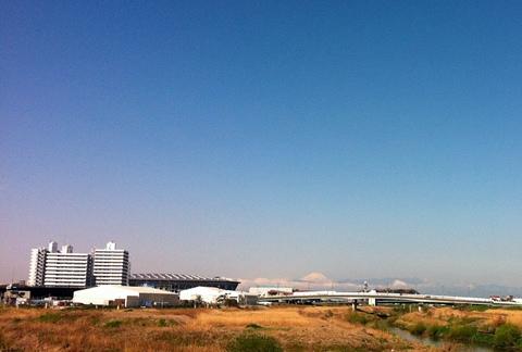 鶴見川から富士山