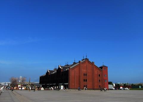 レンガ倉庫と青空強調