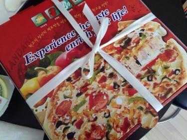 近所にあるピザ屋さんにて。Mサイズが今日は特価だったので試しに購入してみましたㅎㅎ