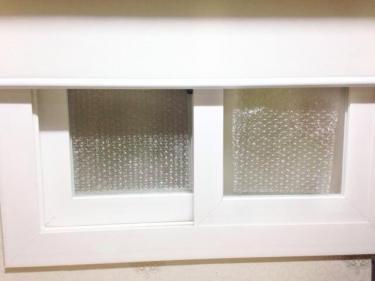 冷気が入るのを防ぐ為、目張りをして外窓を閉じて真冬対策です。