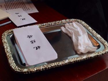 会場ではお祝儀袋も用意してあり、会場でお祝儀のお金を入れて渡します。