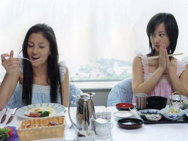 黒木メイサ(左)堀北真希(右)