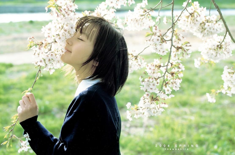 桜の香りを嗅ぐ堀北真希