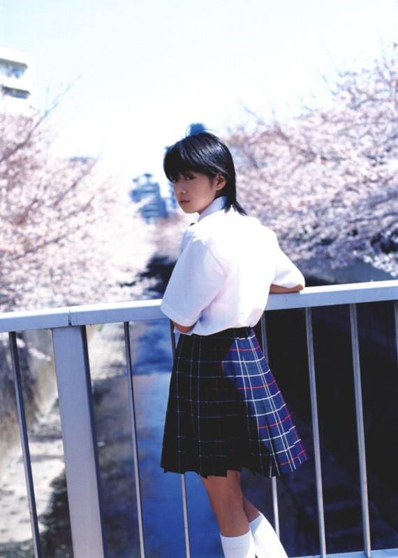 桜咲く川の橋の上 制服姿の星井七瀬