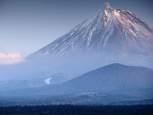 2012年1月22日 雪で完全に覆っていない分、山肌の荒々しさが印象的な精進湖からの富士山