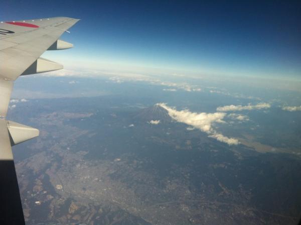 2012年1月11日 機内からの雪のない富士山