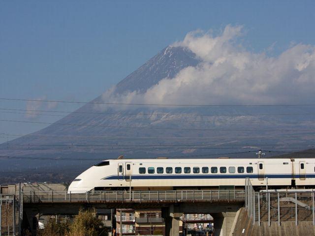 今年の春ダイヤ改正とともに引退する東海道新幹線300系のバックに雪がほとんど付いていない2012年1月14日の富士山