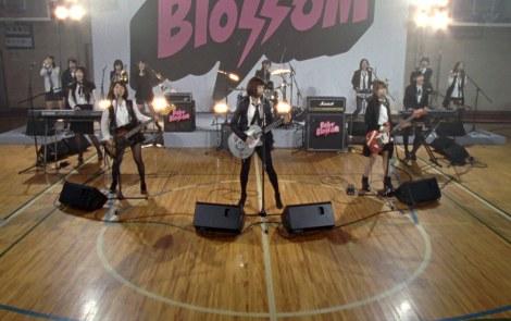 AKB48がバンド演奏する新曲「GIVE ME FIVE!」MVより
