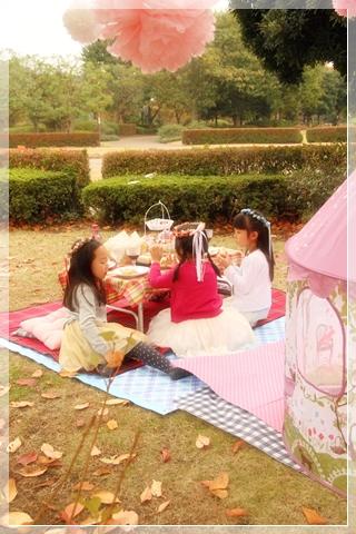 girls-picnic-2g.jpg