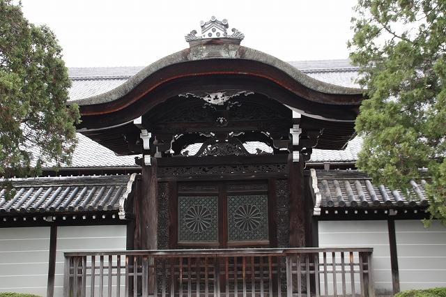 東福寺の方丈の正面前庭にある唐門