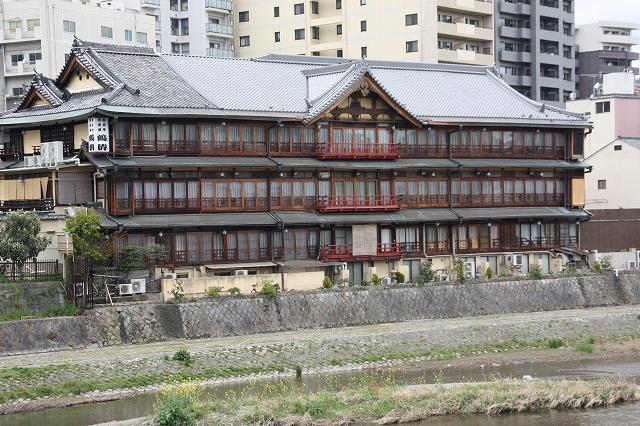 加茂川べりに建つ料理旅館『鶴清』