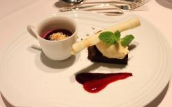 ブルーベリーのムースとガトーショコラ アイスクリーム添え