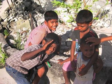 虫眼鏡で遊ぶ子どもたち