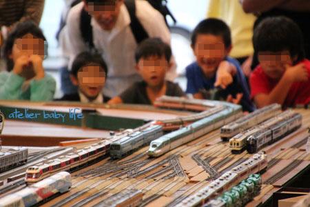 鉄道模型に大興奮の子供たち
