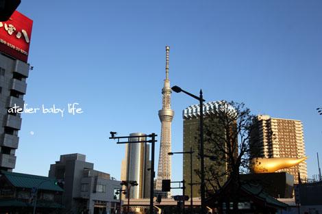 浅草駅を出ると、スカイツリー近い!