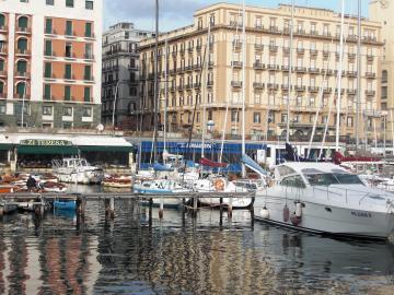 ナポリ サンタルチア港