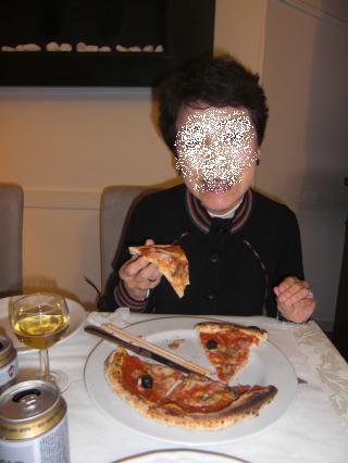 PIZZA 母さんも頑張って食べてます