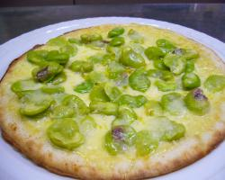 ピザそら豆とアンチョビの白い