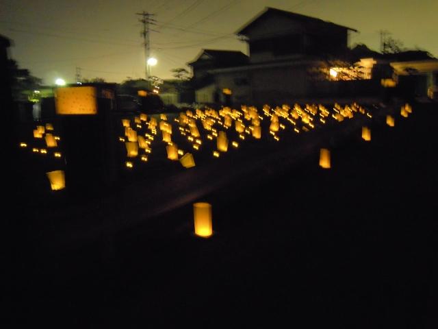空き地にたくさんの灯が