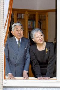 御所の庭園をご覧になられている2011.12.09の天皇皇后両陛下