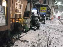 12-1-23夜 雪と店