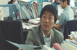 隣って、尾崎とかいう奴