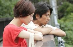 渓谷を見つめる、加奈子と俊介