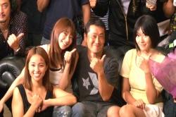 真ん中に佐々木監督、三女優が記念撮影