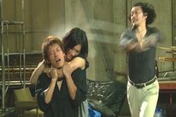 DV夫が妻・千夏の阿智間を鉄棒で叩くシーン