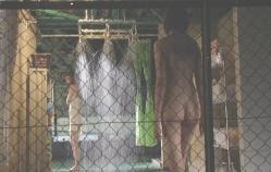 シャワーを浴びている皐月に全裸に近寄る千夏