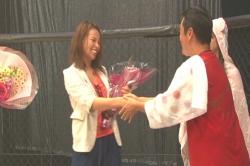 坂本監督と笑顔で握手