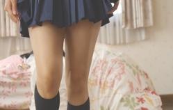 2セーラー服コスの水崎綾女の脚。太いってほどではない。