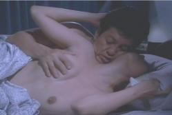 南雲が美由紀の乳房をもみ