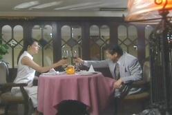 高級レストランで南雲とワインを飲む美幸