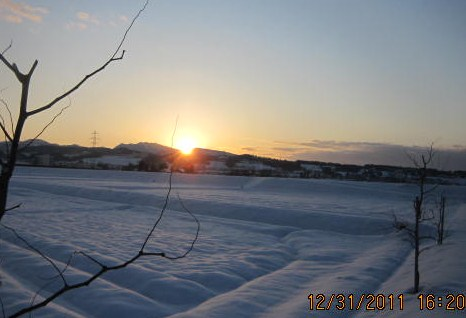 雪原?に日沈む