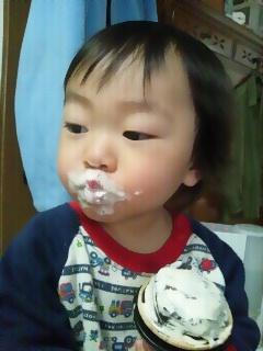 啓ちゃんの近況(アイスを食べている)