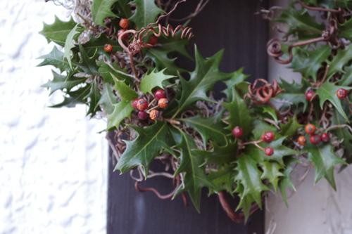 柊とバラの実のクリスマスリース