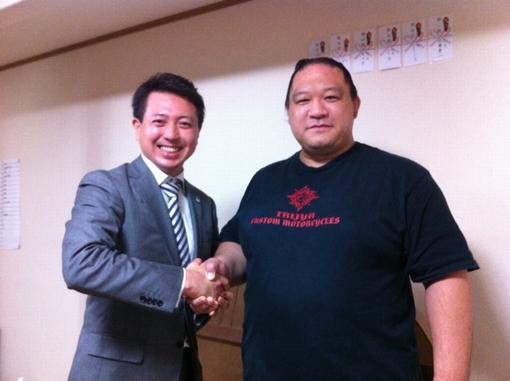 元大関魁皇こと浅香山親方と高橋康徳の握手