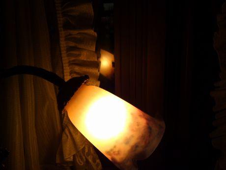 窓に映る灯り