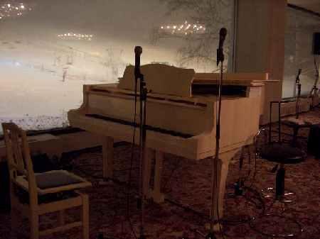 白いグランドピアノ