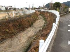 干上がった近所の川