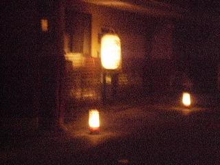 各家に提灯があり、道路には燈篭が…