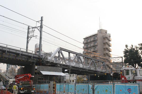 鉄橋の下で工事が進む・・・。