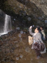 滝裏の熟女