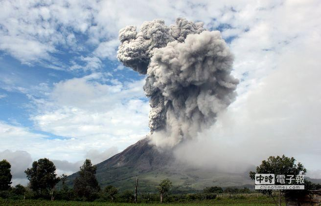 印尼火山1天狂噴8次 列最危險狀態、20131125002172