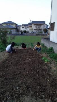 畑耕す子供たち