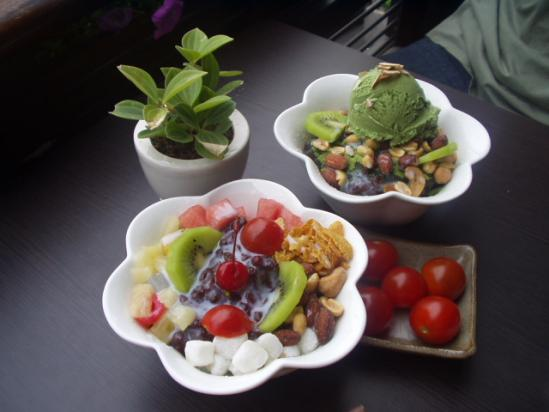Korean_shaved_ice-Patbingsu-Nokcha_bingsu-Cherry_tomatoes_