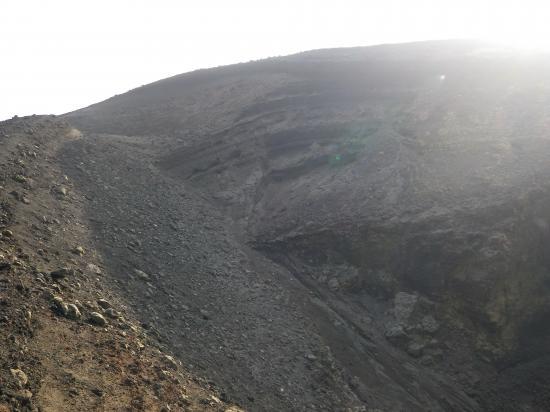 B2火口壁も壊れました 土砂が火口底に流入
