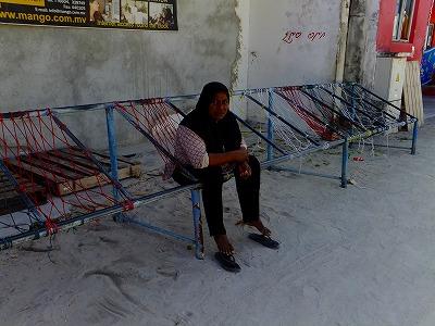 ジョーリに座ってのんびりするモルディブ人